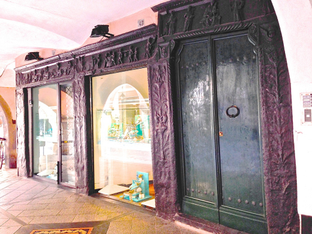 Casa Garibaldi: i due portali e il portone.