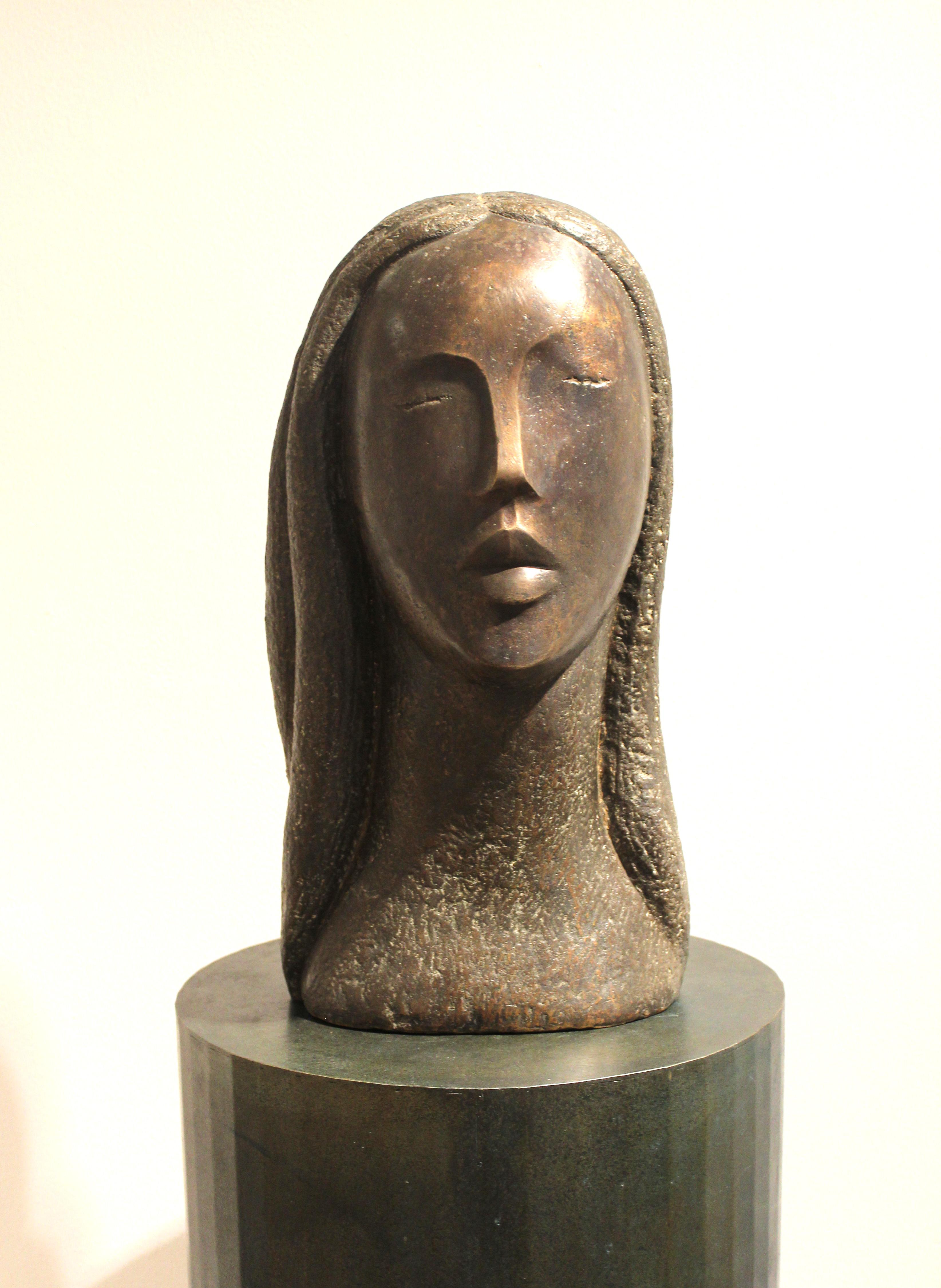 Frauenkopf mit Zöpfen