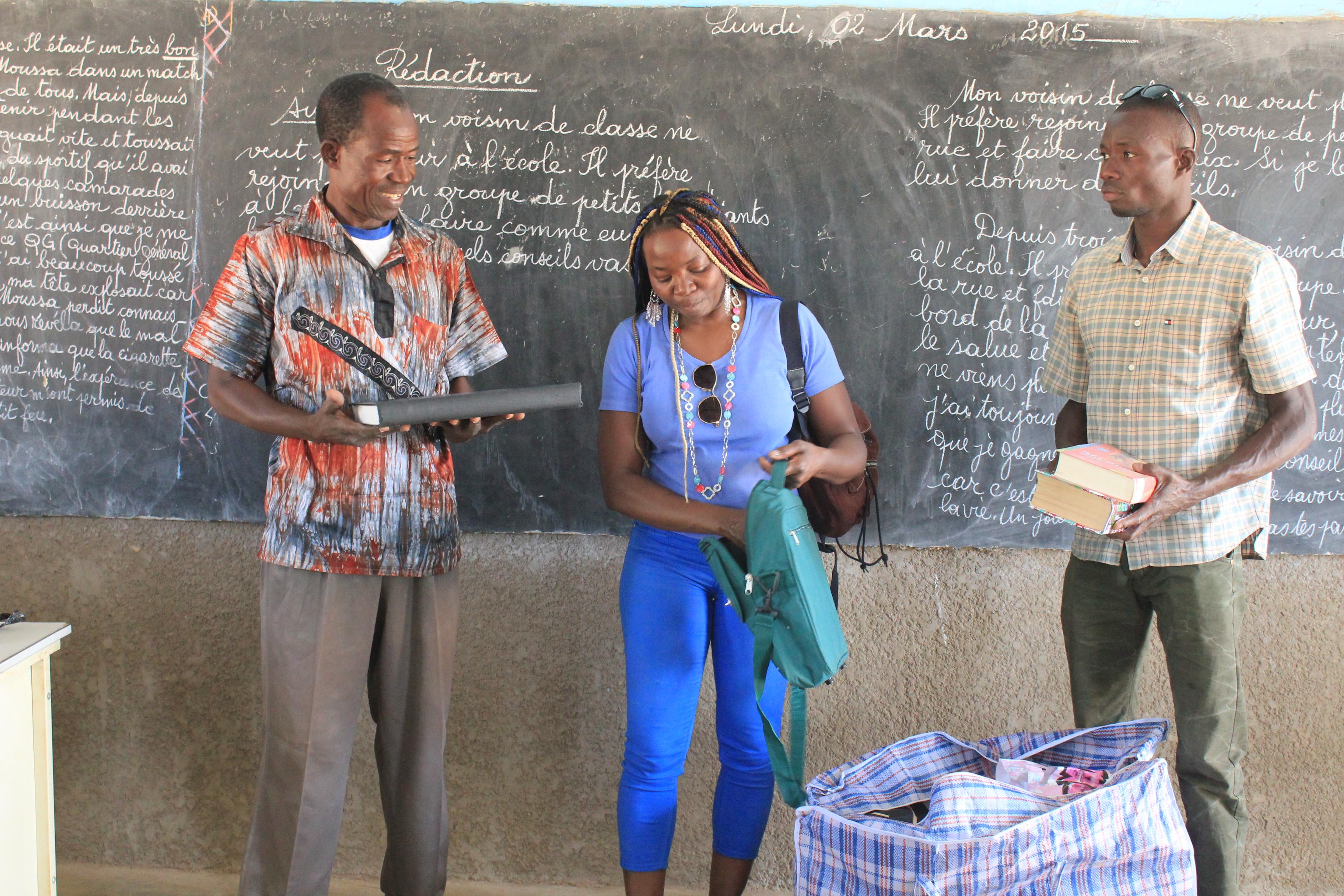 remise des fournitures scolaires en mains propre 1 (1)