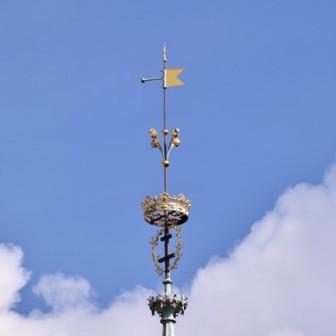 qu'arbore la flèche de la tour horloge ?