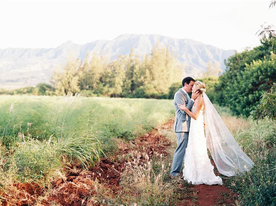 bride groom kissing in Hawaii