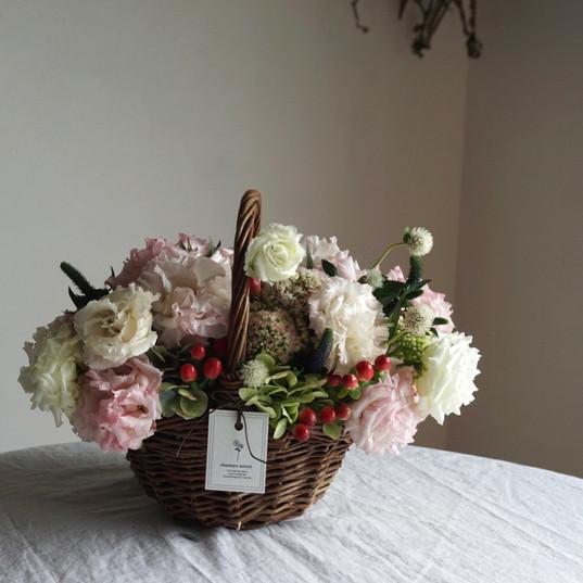 季節のお花のバスケットアレンジメント