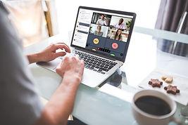 MiTeam-laptop-man-coffee-4-way-chat_maxW