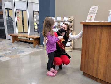 Julia Nunes, Alice in Dairyland, speaks with a elementary school student about agriculture
