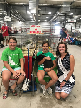 Julia Nunes, the 73rd and 74th Alice in Dairyland, hangs out with two members of the Oregon Headliners 4-H