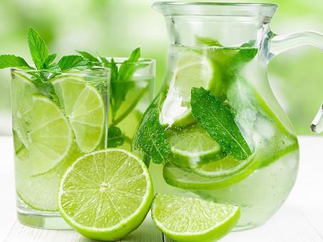 10 benefícios de beber água de limão todos os dias