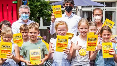 Minister Dalle deelt zomerkalenders uit aan kinderen Puurs-Sint-Amands