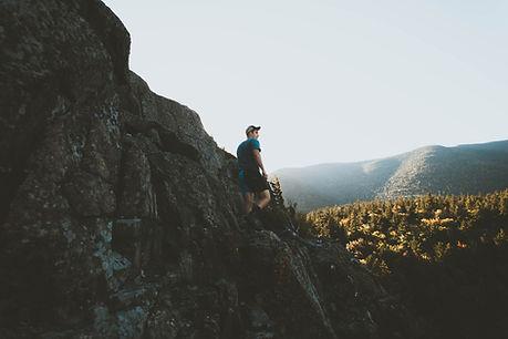 El hombre senderismo en la naturaleza