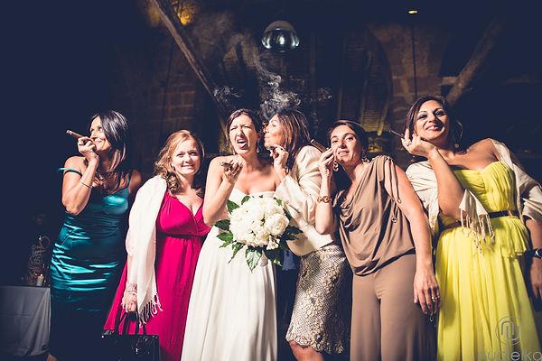 le amiche e la sposa che fumano