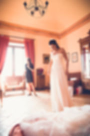 la sposa indossa l'abito da sposa nel giorno più importante