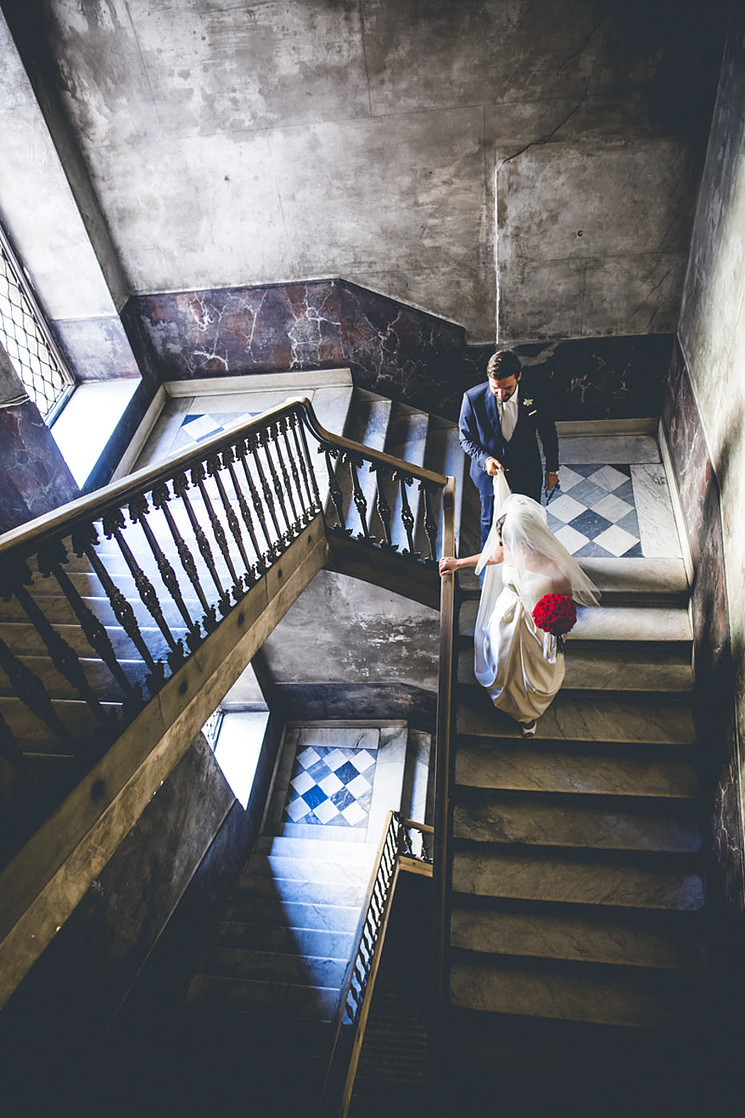 la sposa scende le scale nel giorno del suo matrimonio, a bride during here wedding day