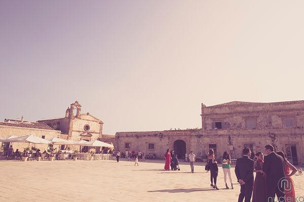 la piazzetta di marzamemi in sicilia, e nello sfondo la tonnara location per matrimoni