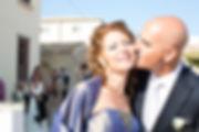 un bacio dello sposo alla sorella nella pizzetta di Marzamemi in Sicilia provincia di Siracusa
