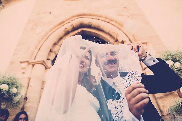 il lancio del riso agli sposi all'uscita della chiesa a marzamemi, sicilia