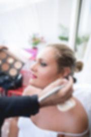 una sposa al trucco make up