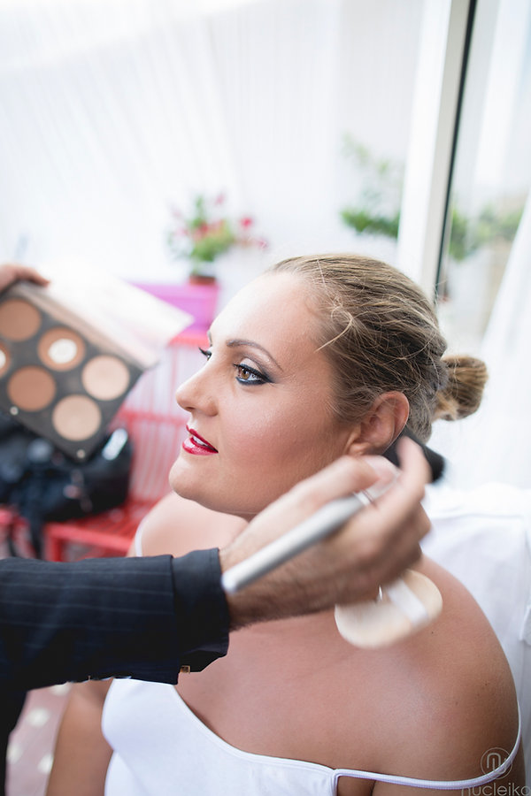 una sposa al trucco make up