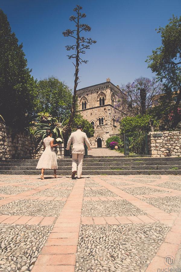 l'ingresso del Palazzo Duchi di Santo Stefano prima del matrimonio a Taormina di questa coppia straniera