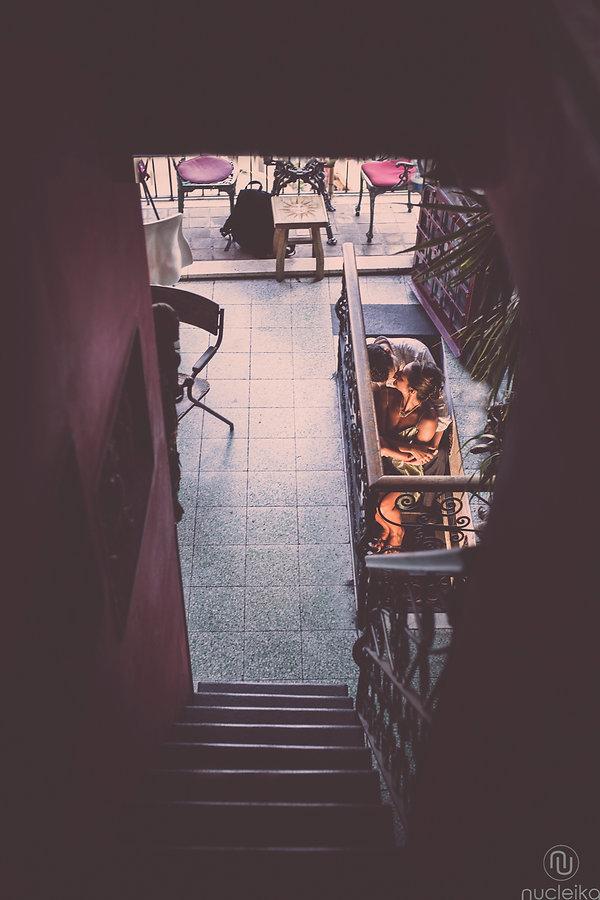 una coppia di giovani sposi nel bar turrisi di castelmola taormina sicilia