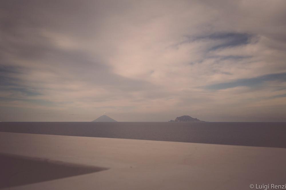 una visuale dall'isola di Salina nelle Eolie verso Panarea e Stromboli