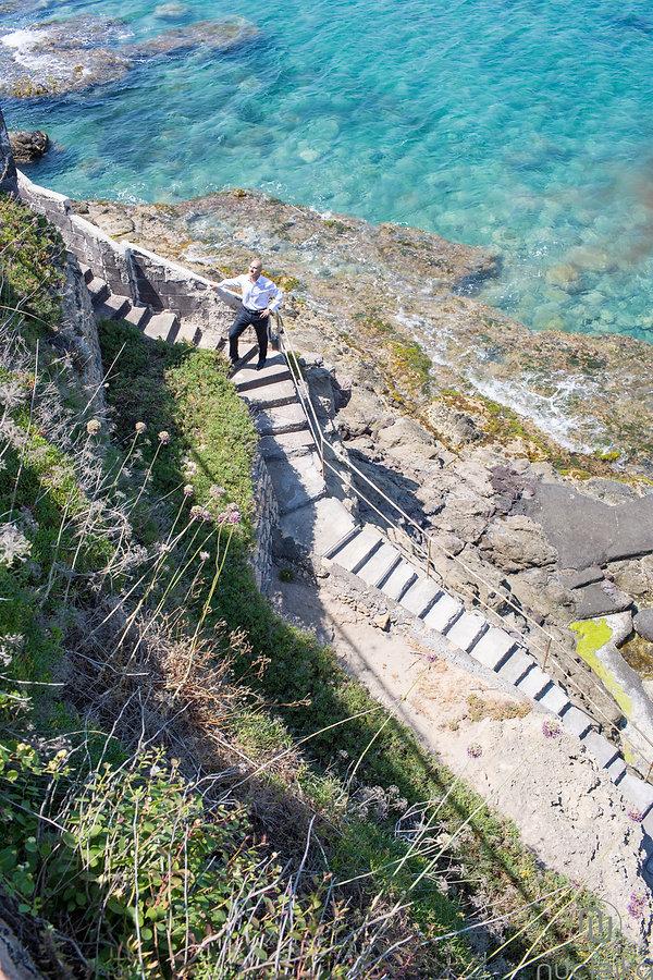 costa del mare in sicilia, Brucoli in provincia di Siracusa, lo sposo attende di andare in chiesa