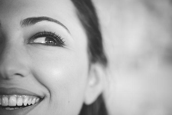 una sposa sorridente, a smiling bride