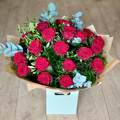 X25 red roses handtied