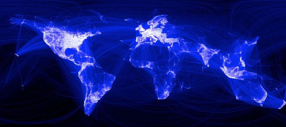 """Este mapa mostra o fluxo de amizades no Facebook (é possível ver que as linhas projetam um """"mapa mundi"""" por si só). Este fluxo de conhecimentos e ideias seria possível, caso cada um se comunicasse apenas com a sua língua materna?"""