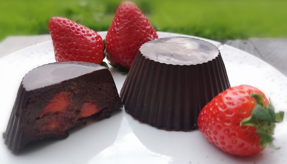 Keto chocolate and strawberries cups