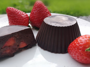 Chocolate and strawberries cups