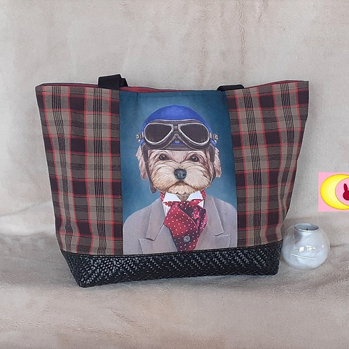 sac tartan écossais et chien yorkshire motard biker avec casque vue de face