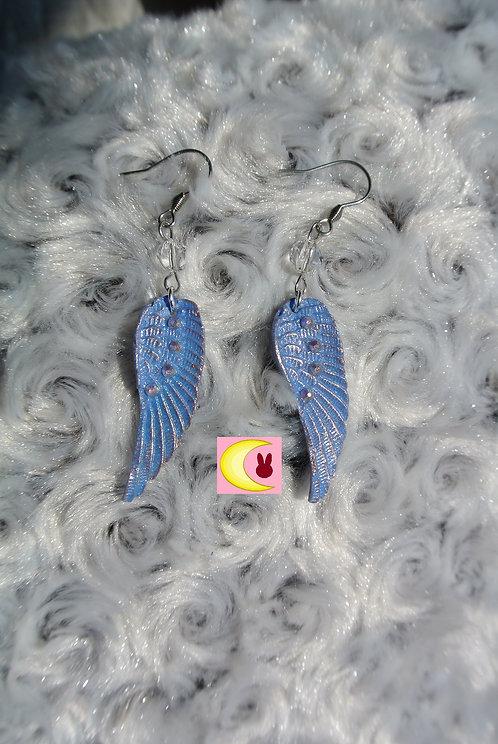 Boucles d'oreilles Blue Plum Ailes d'ange bleu reflet rose en porcelaine froide