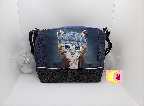 sac en bandoulière en jean's avec chat portant une casquette vue de face