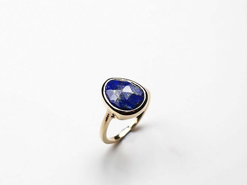 A rose cut lapis and 9ct gold ring