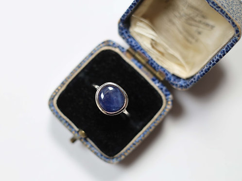 Sapphire pebble ring in 9ct white gold