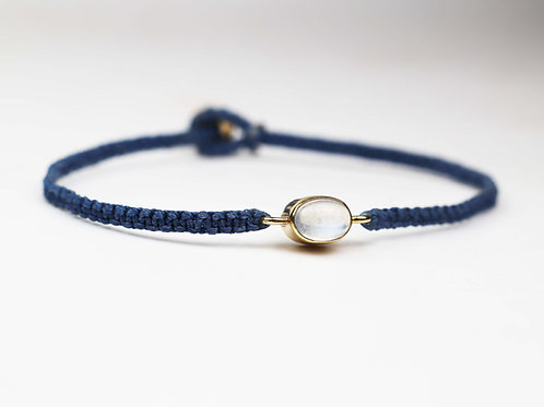 An oval moonstone and 9ct gold bracelet