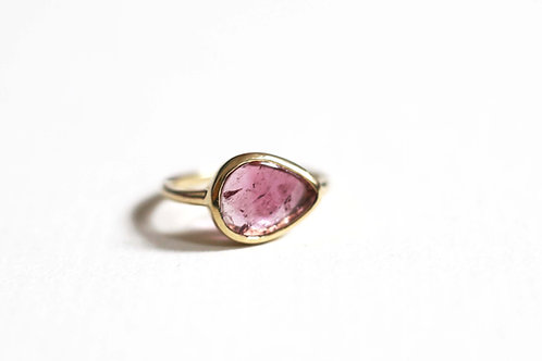 A tourmaline and yellow gold ring