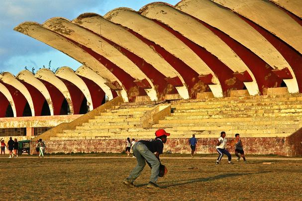 Enfants au stade de baseball à la Havane, 2004
