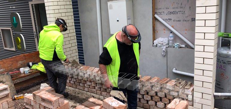 Trabajadores de construcción usando RV para trabajar