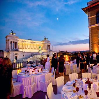 Nächtliches Dinner auf historischer Dachterrasse mit spektakulärem Ausblick | Eventagentur Rom