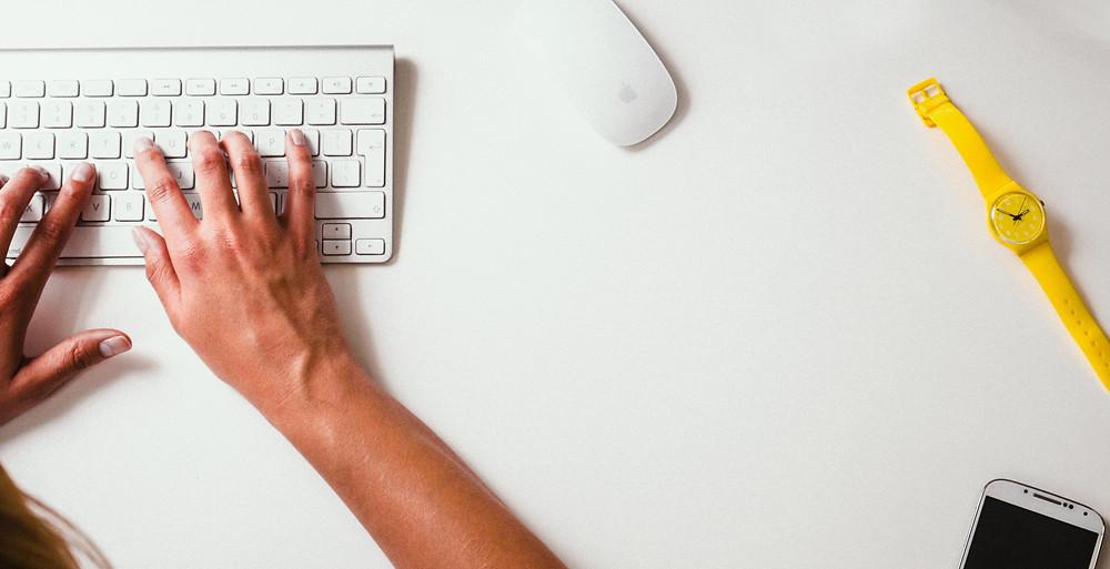 mãos digitando, navegando na internet
