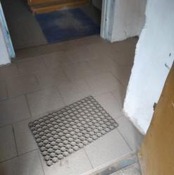 7. Укладка нескользящей плитки в тамбуре