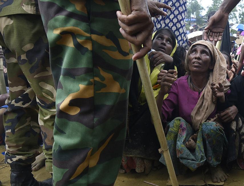 Rohingya refugees wait for food distribu