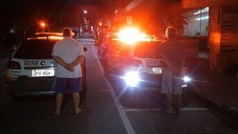 Polícia Militar prende autores por tráfico de drogas e apreende arma de fogo