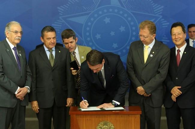 Presidente Jair Bolsonaro assina decreto e extingue horário de verão no Brasil