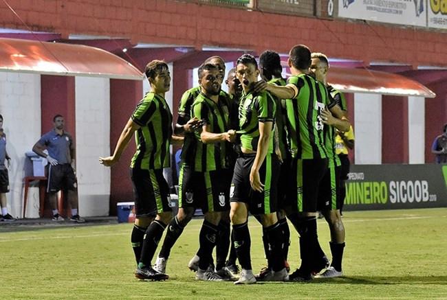 América marca no fim, ganha da Tombense de virada e mantém liderança do Mineiro