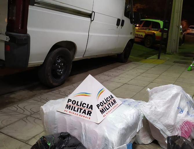 Van com carga de sapatos é recuperada após roubo na BR-262, em Nova Serrana