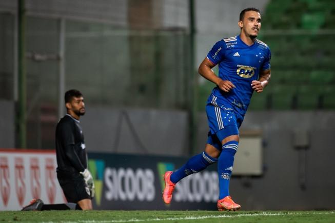 Cruzeiro desencanta no final, vence o Coimbra e sobe para o terceiro lugar do Campeonato Mineiro