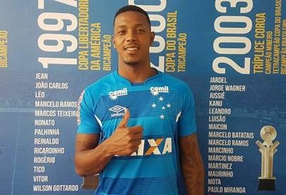 Após imbróglio com Vitória, atacante David será apresentado pelo Cruzeiro nesta terça-feira