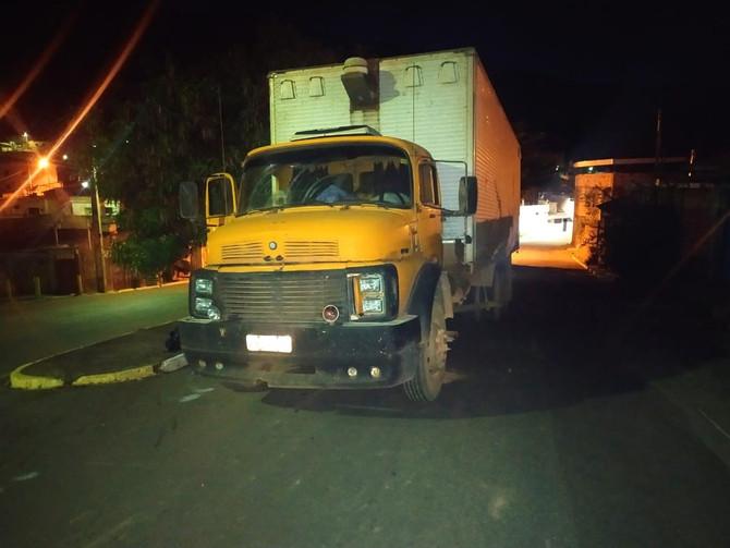 Caminhão com carga de calçados é recuperado pela PM em Pitangui após roubo