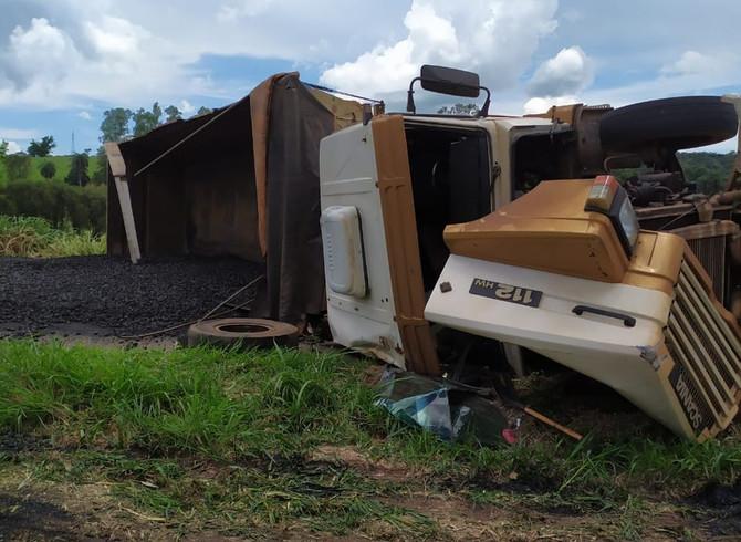 Carreta carregada com minério tomba na MG-050 entre Divinópolis e Itaúna
